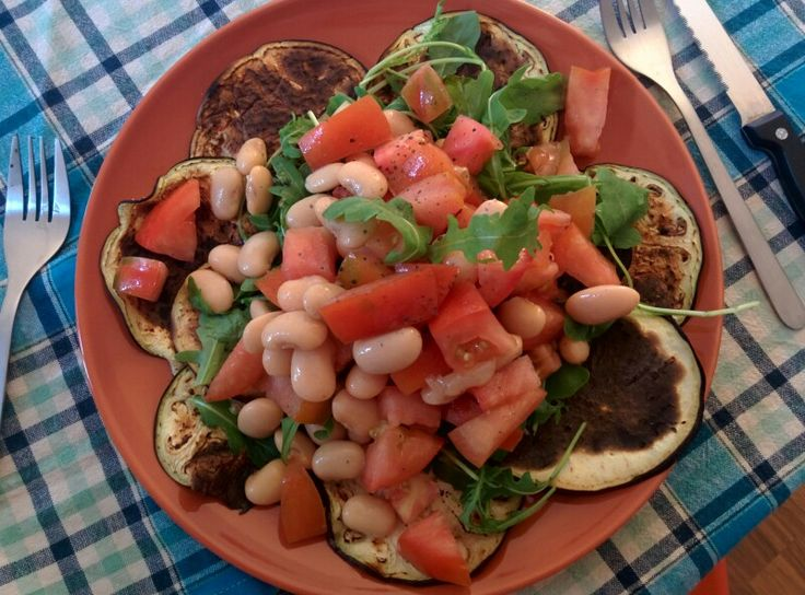 Melanzane grigliate, rucola, pomodoro insalataro, fagioli giganti fi spagna.