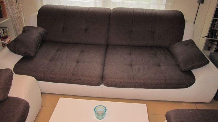 Wir bieten unsere Sofa Garnitur an.3er Sofa -> BxT = ca. 2,30m x 1,15m2er Sofa -> BxT = ca. 1,95m x 1,15mHocker -> BxT = ca. 1,30m x 0,63mKopfteile kann man hochklappen, je Sofa sind 2 Kopfteile vorhanden.Beim Leder bin ich mir nicht sicher, kann auch Kunstleder sein.Leider haben unsere Kater das Sofa zum Spielen genommen. Allerdings NICHT als Katzenklo!!!Nur zur Selbstabholung, komplette Garnitur, keine Garantie / Gewährleistung und keine Rückgabe.Anbieter ist privat.Wer möchte, kann…