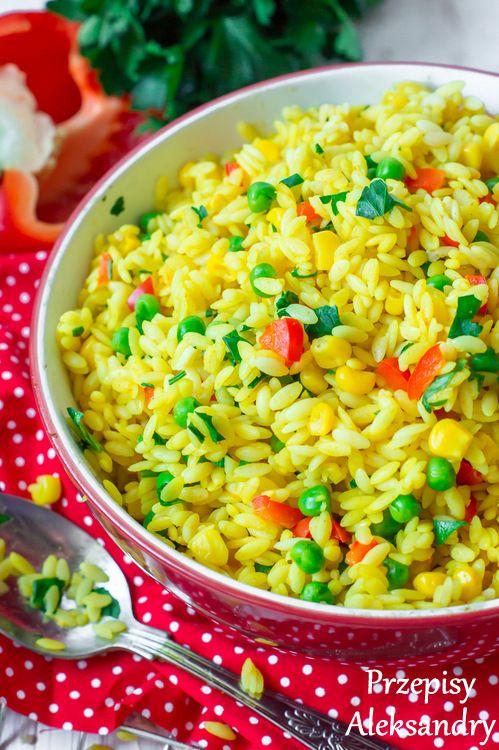Makaron risini z warzywami i kurkumą.