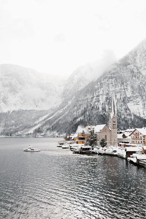 Snowy Hallstatt #travel #travelblogger #hallstatt #austria #mountains #snow