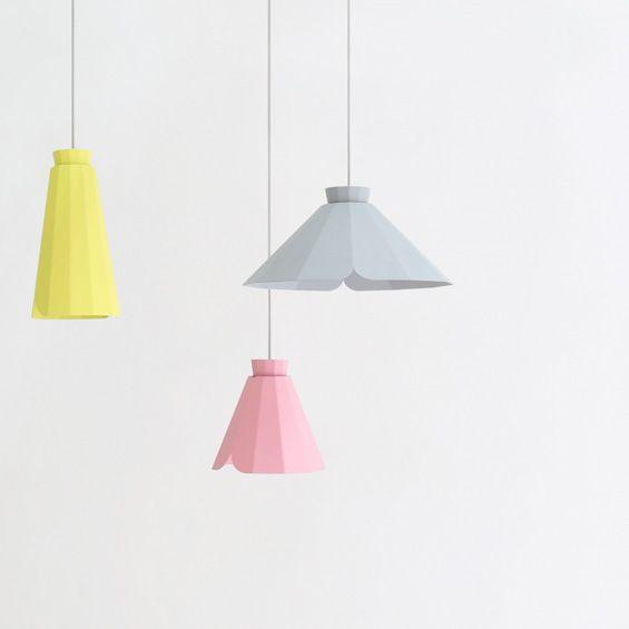 Constance Guisset signe trois lampes en métal complétant la collection de meubles Ankara pour l'éditeur Matière Grise. Abritant la lumière, elles semblent déplier leurs facettes en imitant le mouvement délicat d'une jupe. ...