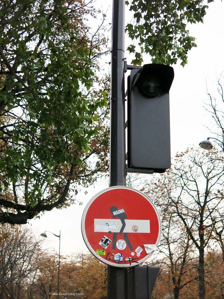 Plus de 1000 id es propos de street art clet sur pinterest - Panneau sens interdit ...