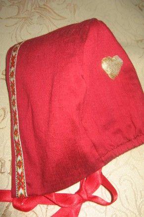 Rød dåpslue modell Rose med vevde bånd. Passer perfekt til Rose dåpskjole.