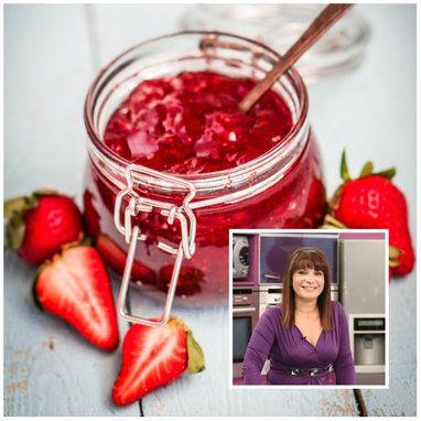 Και σε ποιον δεν αρέσει η υπέροχη, κατακόκκινη μαρμελάδα φράουλα που τρώγεται ακόμα και με το κουτάλι; Η συνταγή της Αργυρώς είναι ό,τι πρέπει!
