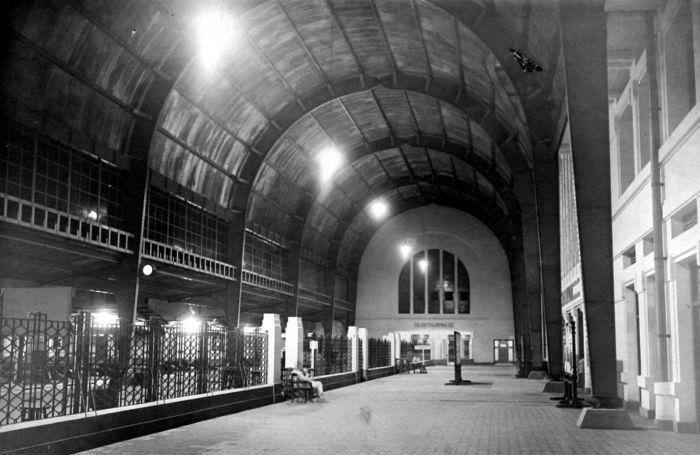 stasiun jakarta kota (beos) setelah renovasi tahun 1929. didepannya ada musium gedung bank mandiri.