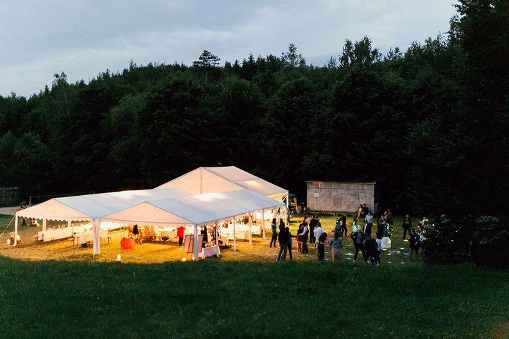 Outdoor rustic wedding.  foto: www.bilacerna.cz