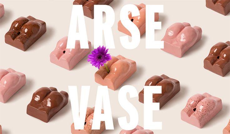"""Dobroczynność nieraz wymaga kreatywności, o czym przekonuje projekt """"Arse Vase"""" Fredrika Anderssona. Szwedzki artysta postanowił wesprzeć akcję charytatywną organizacjiPositive East, wykorzystując do walki z HIV jeden z najstarszych homofobicznych stereotypów. http://exumag.com/?p=10928"""