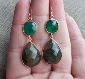 Vergulde zilveren oorbellen gezet met Labradoriet en groene Onyx