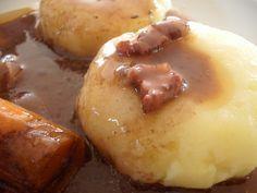 Apres les kluski na parze (boules de pâte cuites à la vapeur) voici les kluski slaskie (boules de pommes de terre cuites à l'eau) C'est la recette fétiche polonaise de monsieur chocolat (je vous rassure il y en a de bien meilleures dans la cuisine polonai
