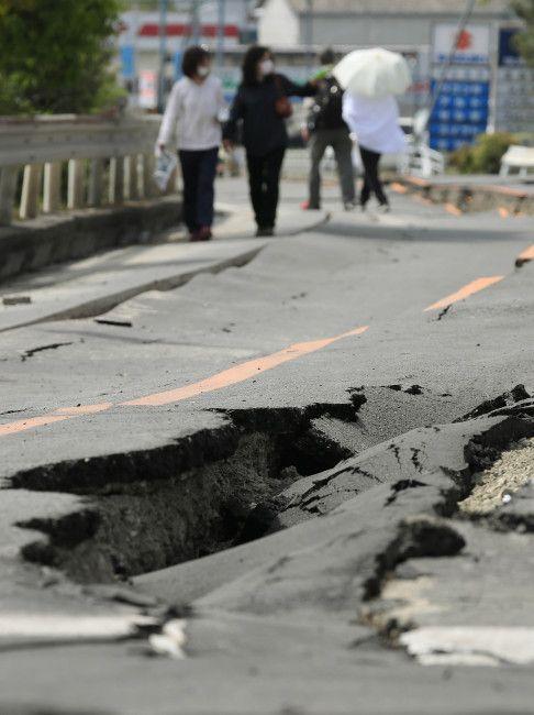 陥没した道路を歩いて自宅の様子を見に行く住…:熊本県で震度7の地震 写真特集:時事ドットコム