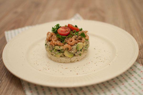 Makreeltaartje met avocado en Hollandse garnalen; een voorgerecht met veel smaak. Lekker tijdens het kerstdiner. Ook lekker als klein gerecht bij de lunch.
