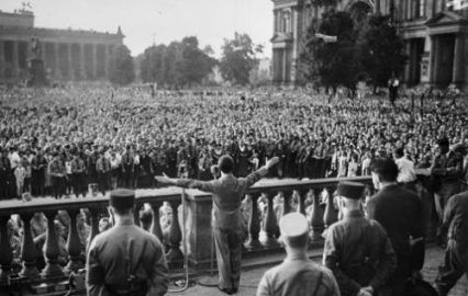 На полях истории: как толпа оправдывает диктаторов http://dneprcity.net/blogosfera/na-polyax-istorii-kak-tolpa-opravdyvaet-diktatorov/  Если можно говорить и делать ужасные вещи, если расширяется официальный политический словарь и язык ненависти тоже становится банальностью - происходит революция обывателей, и на авансцену выходят лидеры-популисты, которые превращаются из