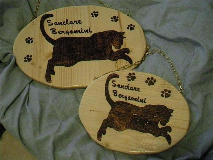 insegna ovale in legno di abete pirografato con nome e sagoma.