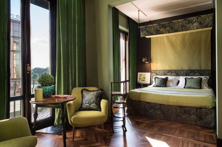 Florence - Suite deluxe di 28 metri quadri con balcone, lussuoso letto a baldacchino, salottino relax e bagno ensuite con doccia a pioggia emozionale-cromoterapia.
