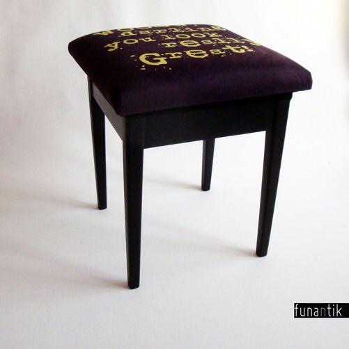 ...darling Pohodlná prvorepubliková stolička s úložným prostorem, která (leckdy jediná) má vždy objektivní názor :-). Dřevěná konstrukce je naprosto funkční a vpořádku. Celá stolička byla kompletně očištěna, nalakována. Původní víko je vyměněno za nové a očalouněno potahovkou s autorským potiskem. Rozměry stoličky: výška sedu 51cm, šířka 42cm, hloubka ...