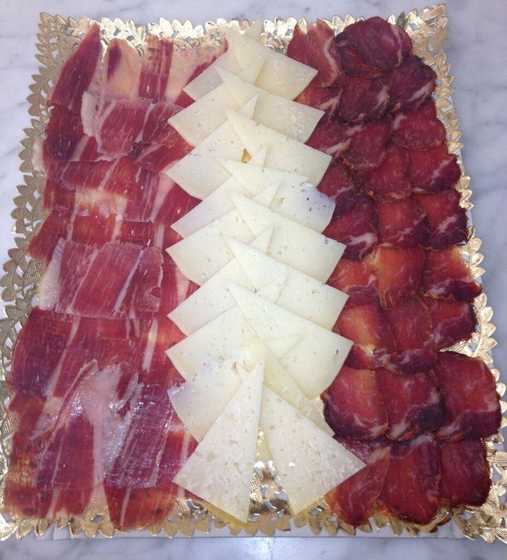 Bandeja de Embutido y Quesos de Confitería Los Ángeles asociada a nuestra web www.catering.apanymantel.com y para cubrir a domicilio Sevilla capital.