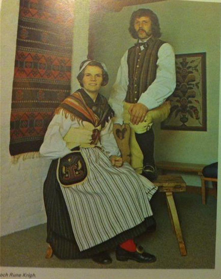 """By sockendräkt, bydräkt, dräkt från By socken. Bild från boken """"Sockendräkter i Dalarna""""."""
