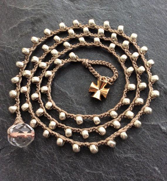 Bracciale in argento crochet da Mollymoojewels. Bella argento opaco zincato perline sono state attentamente alluncinetto e ornati con un bronzo di artigiano arrotondato fascino trasversale... Misure 20 così si adattano una circonferenza del polso di 6-6.25 . Si fissa con una perlina di loop e cristallo. Questo elemento può anche essere indossato come collana! Indossare da solo o sovrapposto ad altri gioielli per un boho chic vibe. Si prega di notare che più ordini verranno spediti insieme...