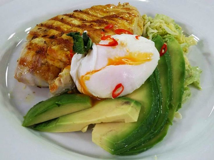 Foto dell'insalata di pollo con avocado e salsa yogurt