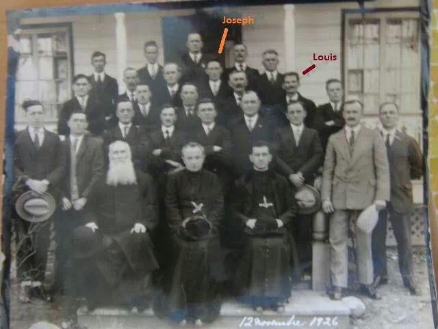 À droite en bas, le costume.gris pâle, c'est mon.grand.père maternel.