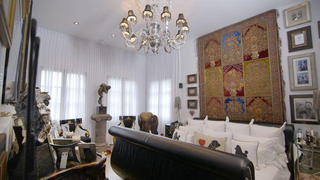 Un impressionnant tapis de cachemire décorant le mur saisit notre regard dans cette chambre où l'Orient prédomine. Composé de pierres précieuses, ce tapis est mieux servi et mis en valeur en guise de tête de lit qu'installé au sol.