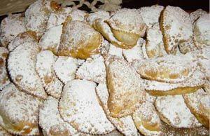 """RAVIOLI dolci Siciliani Nella cucina siciliana un posto di rilievo lo hanno i dolci. Legati spesso a tradizioni religiose, i dolci siciliani vantano alcune """"presenze fisse"""" tra gli ingredienti principali, la ricotta è una di queste. Agli arabi dobbiamo gran parte delle nostre prelibatezze; influssi che si riflettono anche nella predilezione per le forme geometriche. Nel caso dei ravioli è la mezza luna la forma prevalente. La mezzaluna è il simbolo più importante della tradizione musulmana"""