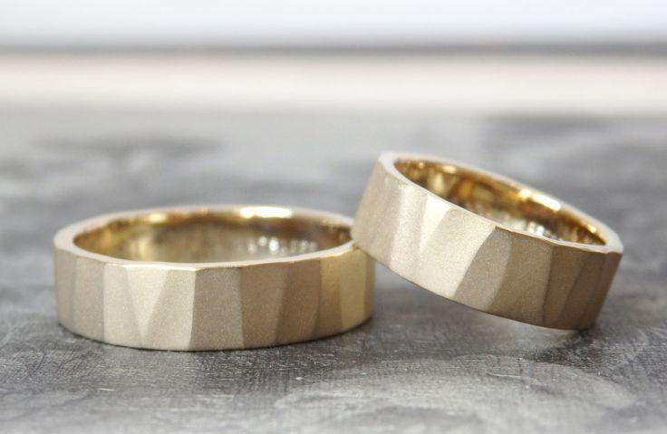 個性的なリングを作りたいと、アトリエを訪ねてくださいました。   お二人の思い描くマリッジリングのイメージを少しずつ絞っていき、デザインを決めて制作。     お二人ともゴールドのお揃いでお仕立てした結婚指輪。 幅広のリングに、大きく大胆に打った槌目。 表面は、マットな輝きのホーニング仕上げで落ち着いた印象に。  [マリッジリング,結婚指輪,marriage,wedding,bridal,K18,gold]