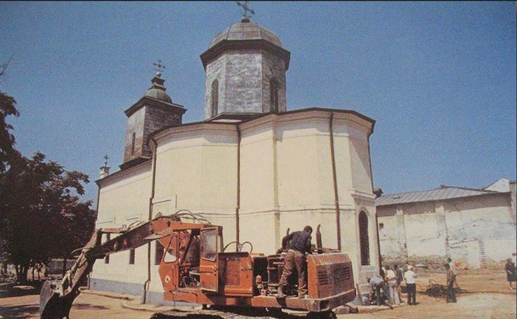 Biserica Sf. Nicolae Jitniţă, imagine din 1986, cu puţin înainte de a fi demolată în iulie '86. În stânga, dincolo de copaci, strada Nicolae Jigniţa unduia în faţa intrării principale a bisericii, ocolind lăcaşul de cult. În dreapta, se observă clădirea de la nr. 44, de pe Calea Văcăreşti. Pe calcan se văd urme ale existenţei, respectiv demolării imobilului de la nr. 46.