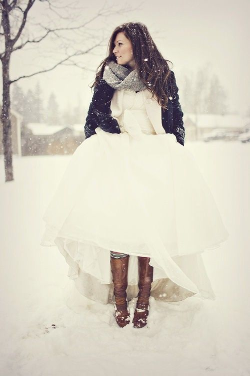 This would be a fun winter wedding photo idea! Just throw on