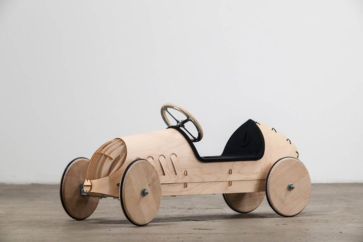"""Mit dem hölzernen Rutschauto """"flink"""" schlägt das Berliner Label phim eine wunderbare Brücke zwischen Nachhaltigkeit und frühkindlicher Prägung in Sachen stilvoller Mobilität. Die Kaross…"""