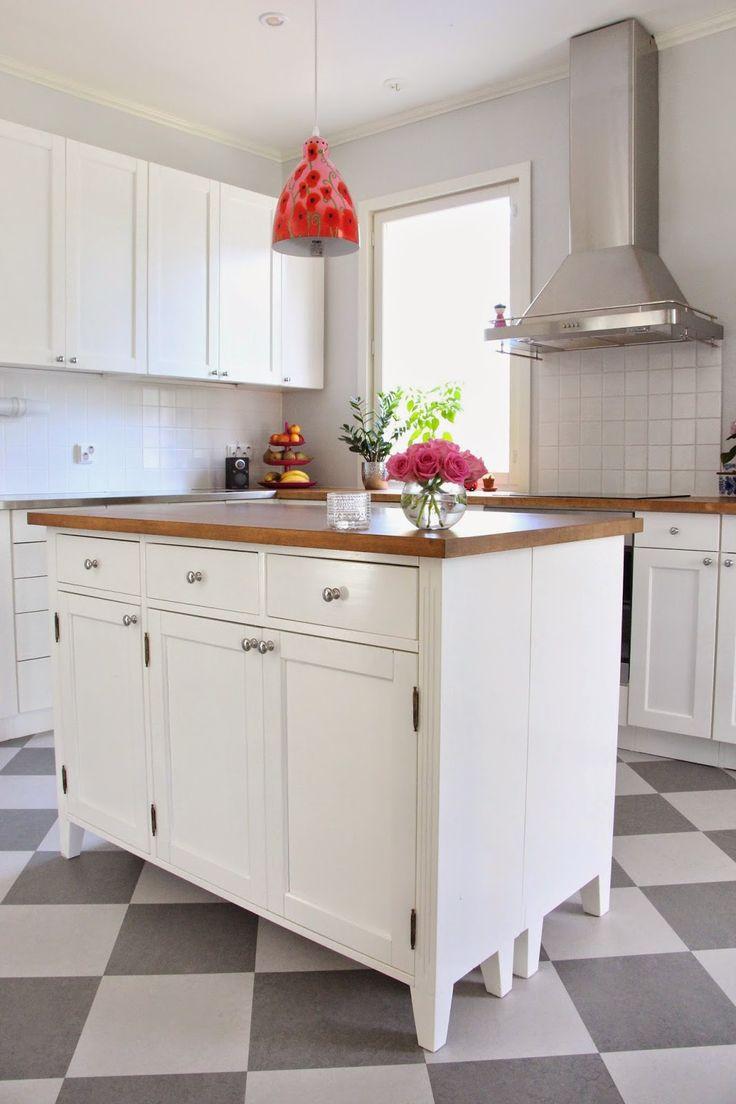 Kahdesta 3 ovikomuutista rakennettu täyspuinen #keittiösaareke #keittiö #sisu
