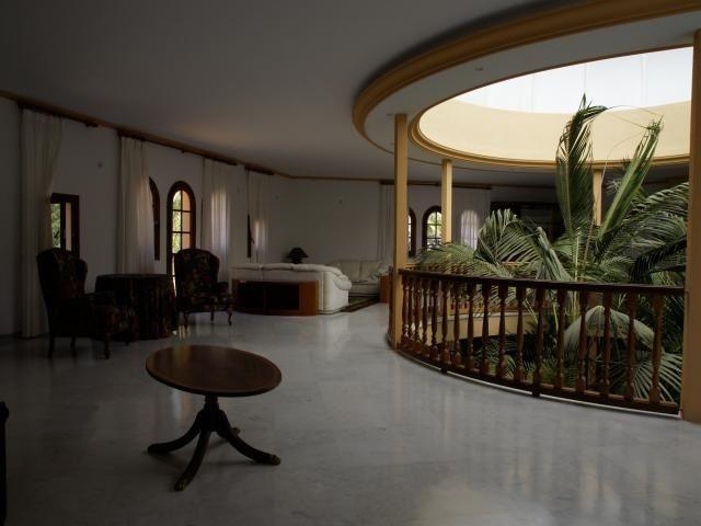 Особняк в Ibiza — Дом в Испании 00244   Чудесный роскошный особняк, расположенный на острове Ибица, площадь — 2.000m2, 8 сьюит комнат с необыкновенными пейзажами Ибица и острова Форментера, 14 укомплектованных санузлoв, салон — зал, кухня полностью меблирована и укомплектована бытовой техникой, встроенные шкафы, располагает домом для обслуживающего персонала, зона гриля, террасa, бассейн, бар и прекрасные пейзажи в сад, хорошо сообщено сo спортивным портом и всеми службами города, полностью…