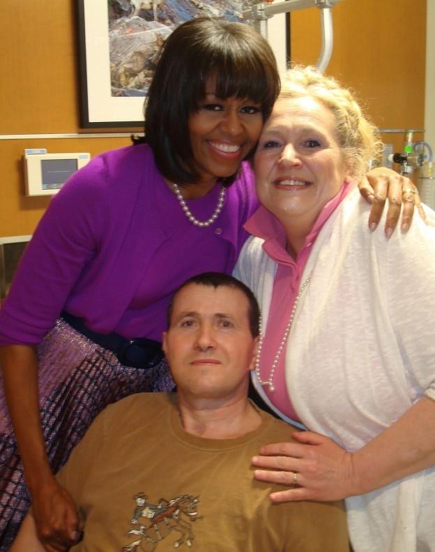 """Militarul vrâncean Florinel Enache, care a fost rănit anul trecut în Afganistan, a fost vizitat duminică în spital de prima doamnă a Statelor Unite, Michelle Obama. Momentul l-a impresionat pe vrânceanul care, de 10 luni se află în SUA, la tratament si recuperare.    Vizita a fost făcută la Centrul Naţional Medical Militar """"Walter Reed"""", din statul american Maryland, unde este internat soldatul rănit în Afganistan."""