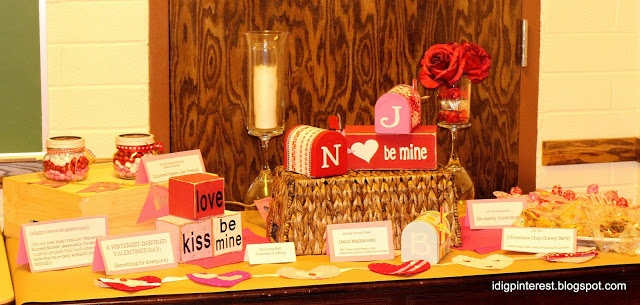 Pinterest Valentine's Display Table    http://idigpinterest.blogspot.com