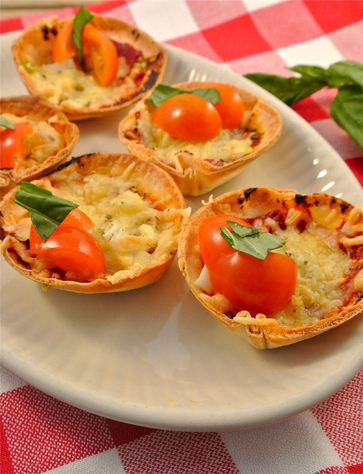 Pizzahapjes    oven + muffin bakvorm    wraps, tomatenpuree, geraspte kaas, ui, peper, knoflookpoeder, basilicum, ingrediënten naar keuze