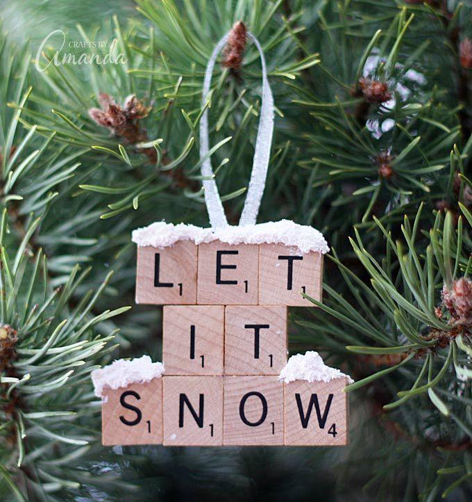 Enfeite de Natal feito com pecinhas de palavras cruzadas. #scrabble #palavrascruzadas #enfeitedenatal