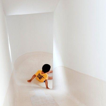 Japans architectenbureau Level Architects heeft een huis in Nakameguro, bij Tokyo voltooid, waarin de drie verdiepingen door een glijbaan met elkaar verbonden worden.