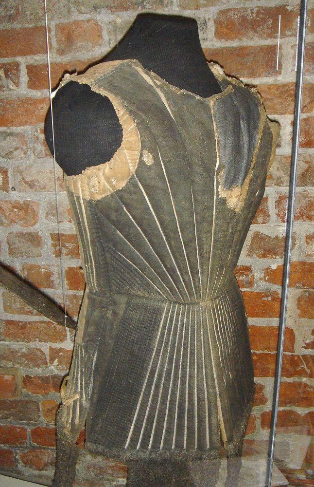 """Arming jacket, 1440-60, Holstentor Museum, Lübeck; vedi la discussione """"Gambeson e farsetti da armare"""" sul forum di Villaggio Medievale (www.villaggiomedievale.com)"""