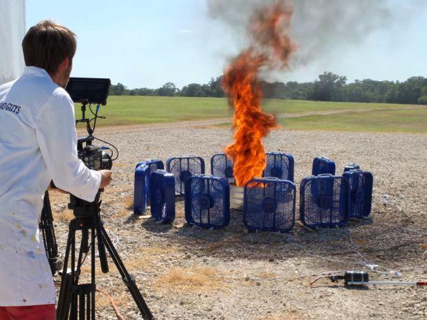 Investigadores crearon remolino de llamas con ventiladores a máxima velocidad.