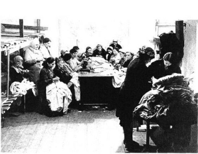 Севастополь.1942 год.Женщины шьют обмундирование для солдат.