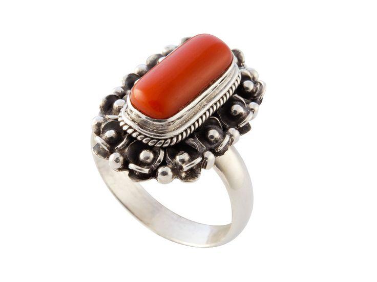 Zilveren ring met koraal in decoratieve zetting