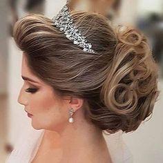 MODO PETEADO [@diariodenoiva_ba] : hoje foi dia de pesquisar sobre penteados pois ainda não tenho ideia de qual irei usar! Olha que linda esta opção !! Coque baixo para uma noiva princesa! E você , já decidiu ?! . #modonoiva #penteado #makeehair #make #hair #grinalda #veu #voucasar #noivalinda #noivaprincesa #muitoamor #vidadenoiva #noivasdesalvador #salvador #noivasdobrasil #bride #brides #princesa #lavemanoiva #vestidodenoiva