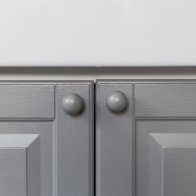 Door knobs painted in the grey colour Sisal 559 from Beckers.