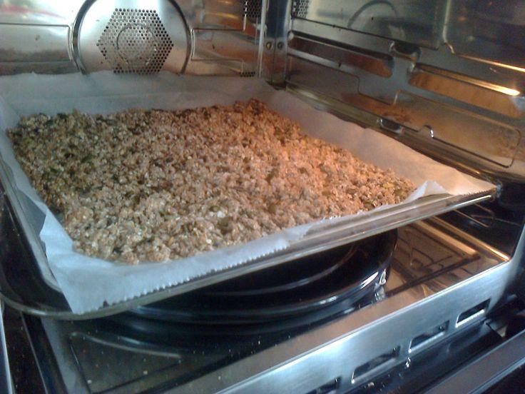 Zelfgemaakte muesli: 125g boekweit, 125g havermout, 100g pompoenpitten, 100g zonnebloempitten, 50g hennepzaad en wat flinke lepels honing. 20 minuten op 160C in de oven en smullen maar!