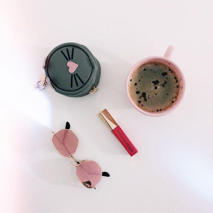 I miei preferiti di oggi: i miei nuovi @rayban rosa il lipgloss Parlami d'Amore di @collistarbeauty  il borsellino a forma di topino di @pomikaki e ovviamente una maxi tazza di caffè d'orzo! #buongiorno  #chiaralosh  #parlamidamore #profumodellamore #amorecollistar #collistarmakeup #truccocollistar #collistar #rayban #pomikaki #coffee #coffeetime #pink #fashion #beauty #makeup #sunglasses #morning #goodmorning