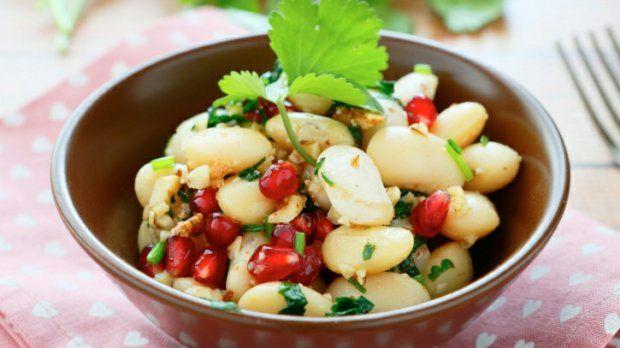 Jsou dny, kdy se hodí mít pár receptů, které zvládnete uvařit z domácích zásob a pokud možno do půl hodiny. Pokud vám ve spíži nechybí plechovka fazolí, máte z poloviny vyhráno!