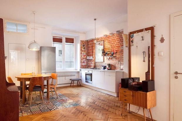 To mieszkanie urzeka eklektycznym zestawieniem stylów. Są tu meble z czasów PRL-u, jak i zupełnie współczesne. Całość tworzy stylowy miks.