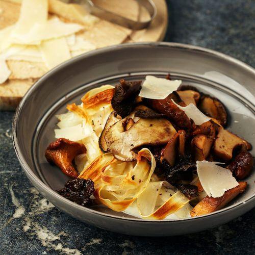 Schorseneren met paddenstoelen, room en parmezaanschilfers - recept - okoko recepten