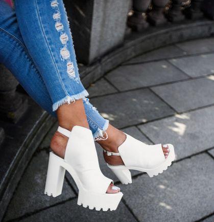 White heels | @bellabellaco