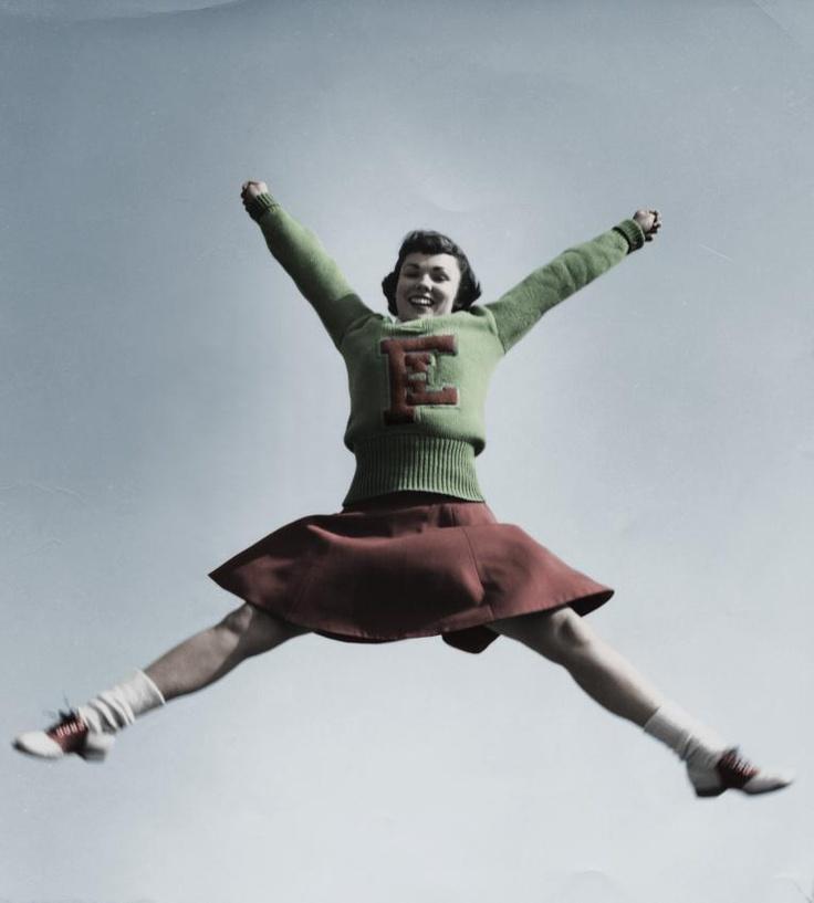 high-school cheerleader from the 1950s: Dieses Foto aus den fünfziger Jahren zeigt ein High-School-Mädchen.